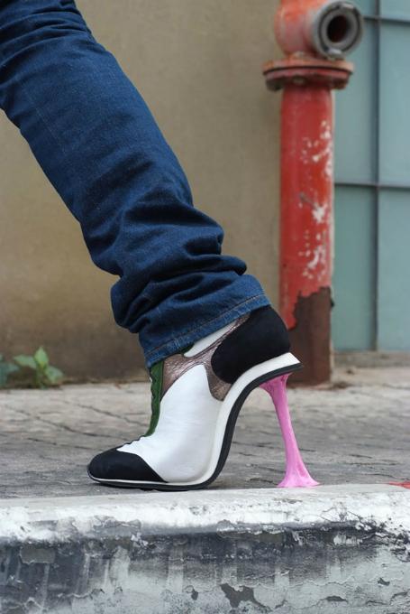 topuğa sakız yapışan ayakkabı